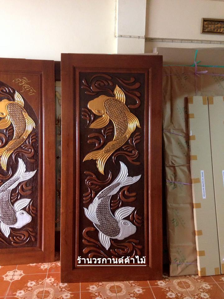 ประตูไม้สักบานเดี่ยวแกะปลาคราฟเงินทอง รหัส C01