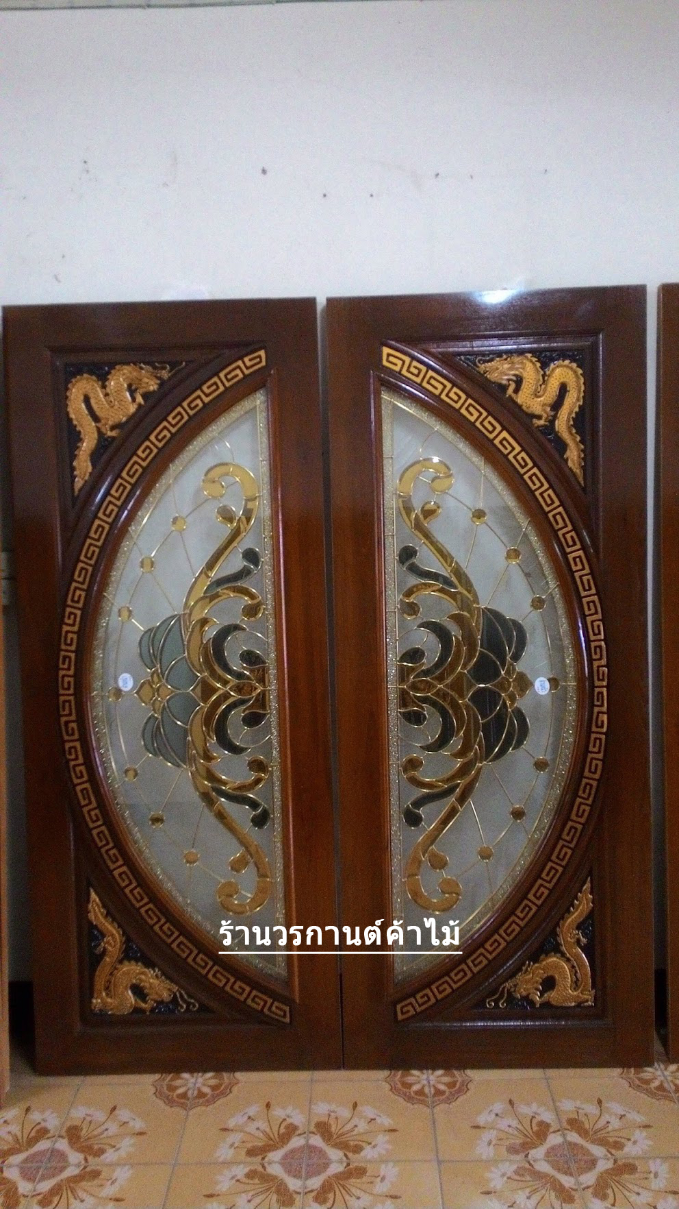 ประตูไม้สักกระจกนิรภัยแตงโมเต็มบาน แกะมังกร เกรดA รหัส A08
