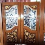 ประตูไม้สักกระจกนิรภัยปีกนก แกะดอกไม้ เกรดA รหัส A19