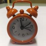 นาฬิกาปลุกจิ๋วๆ สีส้ม 4*6*1.8cm พร้อมถ่านกระดุม LR44