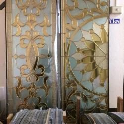 กระจกกนิรภัยสเตนกลาส, ประตูไม้สัก
